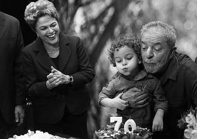 Dilma e Lula se estapeiam em festa dos 70