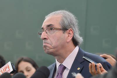 Em meio às lágrimas Temer ergue o Cunha