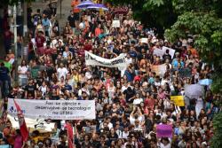 Poucos estudantes idiotas foram às ruas protestar