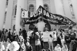 Faixas comunistas são arrancadas das universidades