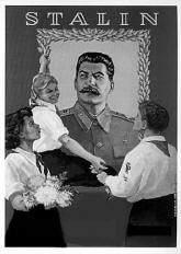 Grupo musical adolescente usa álbum de figurinhas para disseminar propaganda comunista