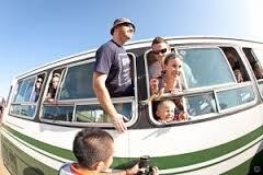 Tradições são restauradas, os pobres estão voltando a viajar de ônibus